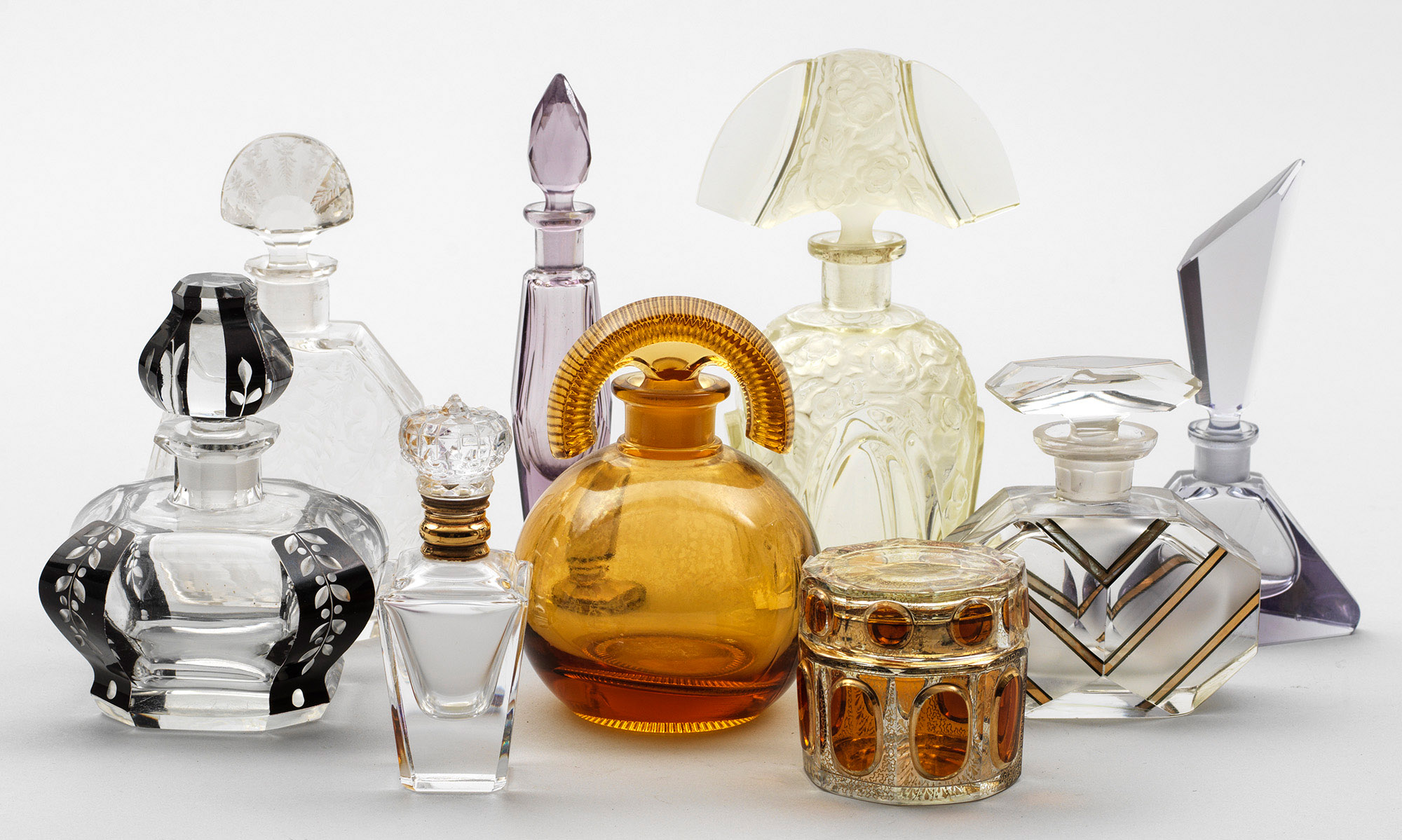 Sammlung von acht Parfumflakons und einer Zierdose